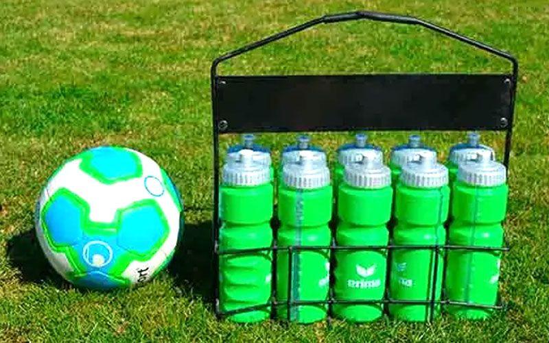 botellero de fútbol sobre el césped